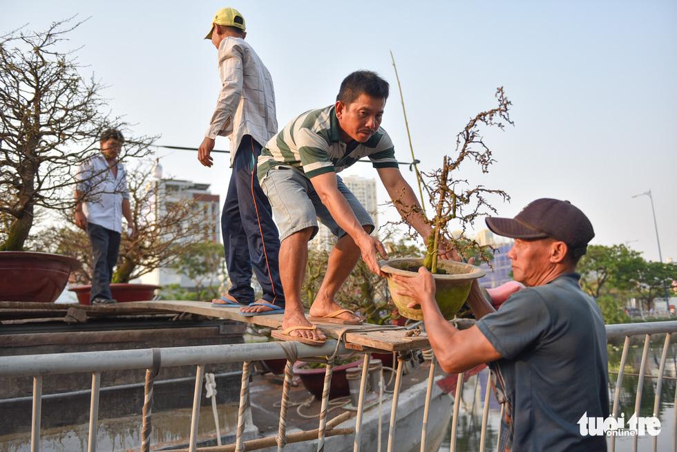 Thuyền hoa cập Bến Bình Đông chở tết đến Sài Gòn - Ảnh 3.