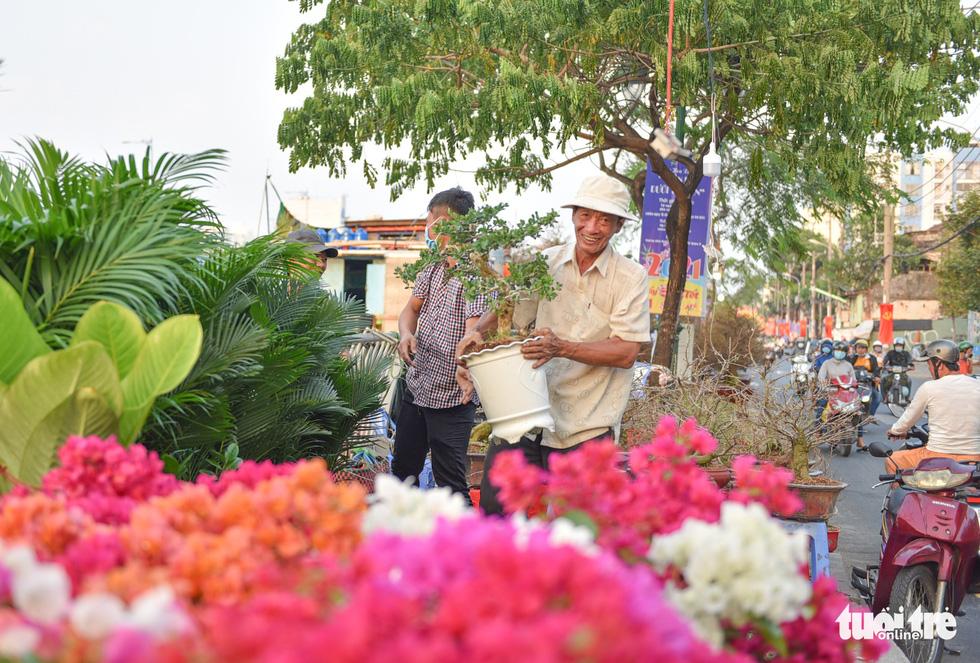 Thuyền hoa cập Bến Bình Đông chở tết đến Sài Gòn - Ảnh 9.