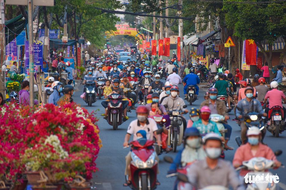 Thuyền hoa cập Bến Bình Đông chở tết đến Sài Gòn - Ảnh 10.