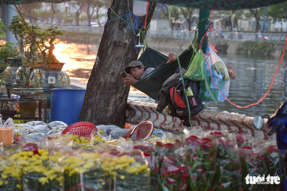 Thuyền hoa cập Bến Bình Đông chở tết đến Sài Gòn - Ảnh 13.