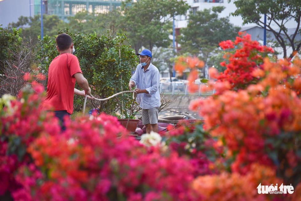 Thuyền hoa cập Bến Bình Đông chở tết đến Sài Gòn - Ảnh 1.