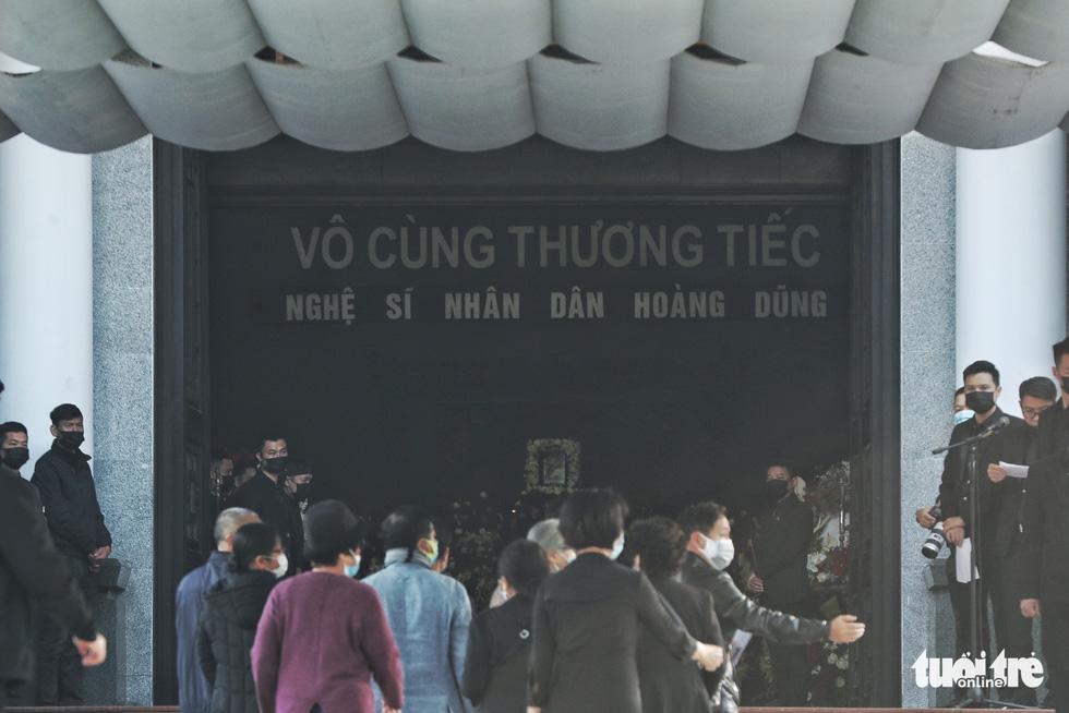 Lễ tang NSND Hoàng Dũng: Hàng trăm nghệ sĩ tiếc thương anh - Ảnh 1.