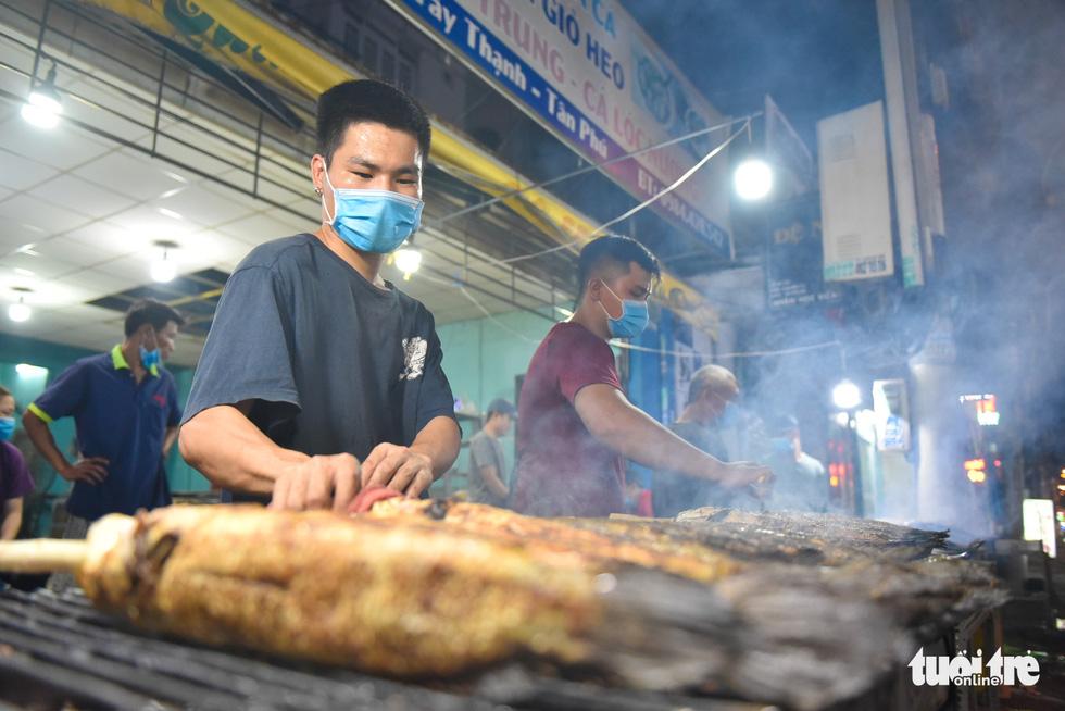 Nửa đêm người dân đi mua cá lóc để vía Thần Tài - Ảnh 3.