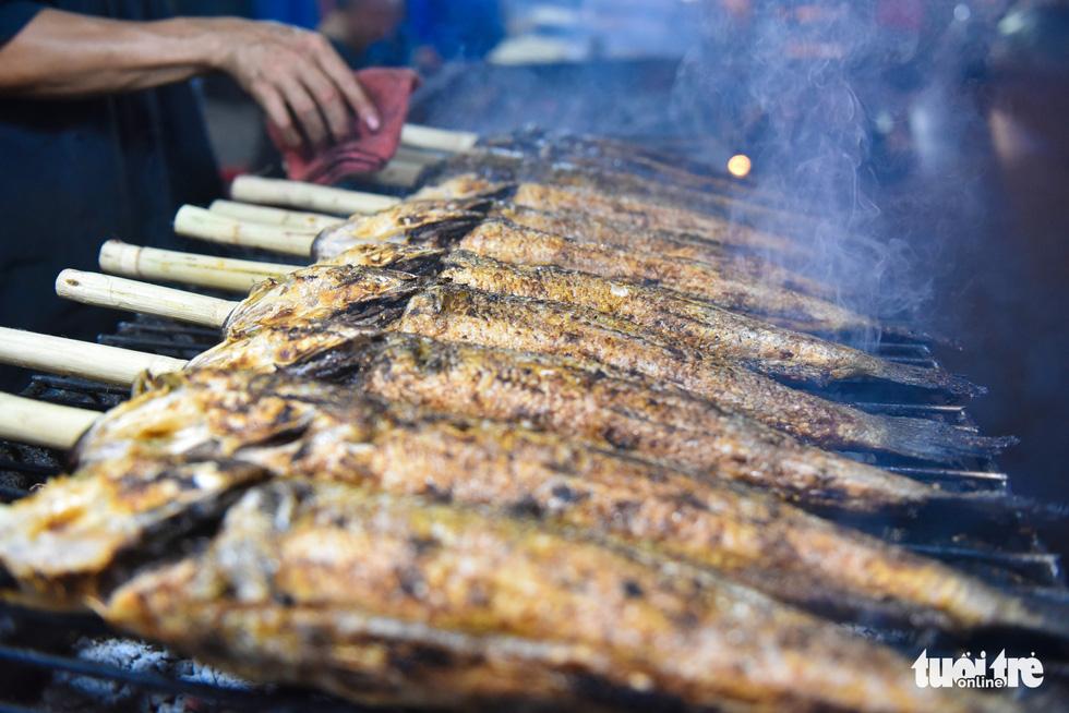 Nửa đêm người dân đi mua cá lóc để vía Thần Tài - Ảnh 4.