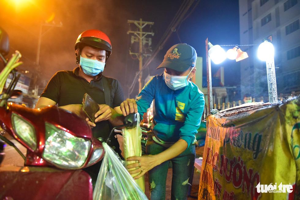 Nửa đêm người dân đi mua cá lóc để vía Thần Tài - Ảnh 1.