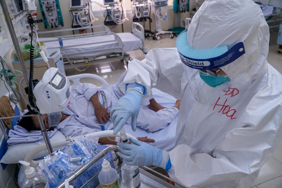 Theo chân nữ điều dưỡng chăm bệnh nhân COVID-19 ở Bệnh viện dã chiến số 2 Hải Dương - Ảnh 3.