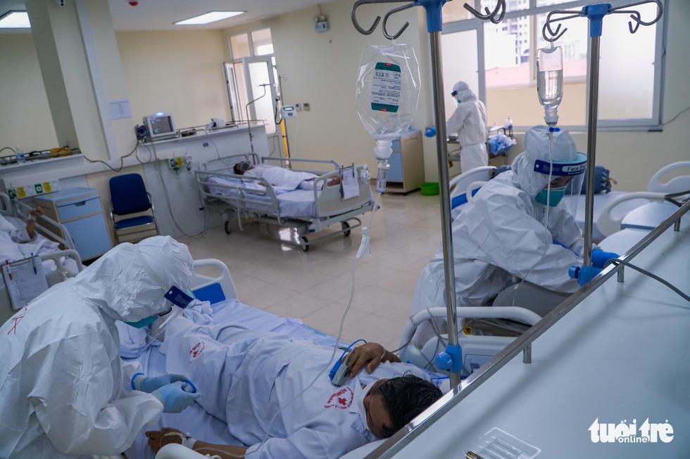 Theo chân nữ điều dưỡng chăm bệnh nhân COVID-19 ở Bệnh viện dã chiến số 2 Hải Dương - Ảnh 8.