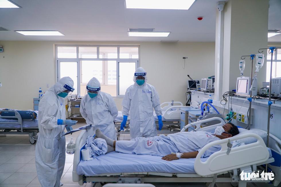 Theo chân nữ điều dưỡng chăm bệnh nhân COVID-19 ở Bệnh viện dã chiến số 2 Hải Dương - Ảnh 2.