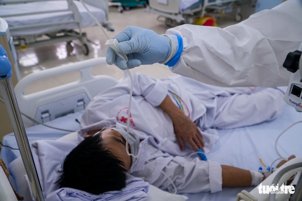 Theo chân nữ điều dưỡng chăm bệnh nhân COVID-19 ở Bệnh viện dã chiến số 2 Hải Dương - Ảnh 4.