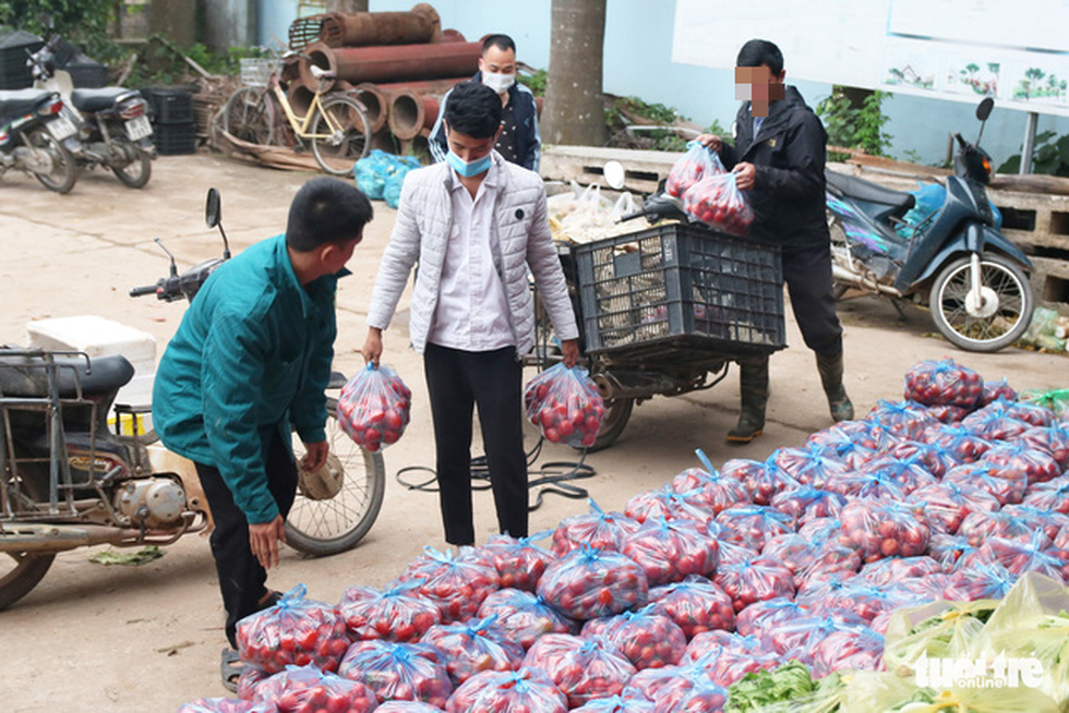 Nông sản hết cảnh đổ xuống sông Hồng nhưng khách mua trả tiền tùy tâm - Ảnh 9.