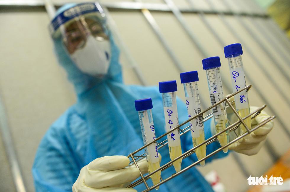 Thanh niên TP.HCM lấy mẫu xét nghiệm tầm soát COVID-19 trước khi nhập ngũ - Ảnh 7.