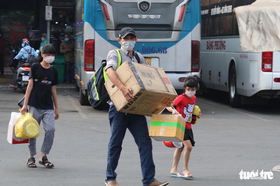 Bến xe miền Đông đông đúc người về quê đón tết sớm vì sợ dịch - Ảnh 5.