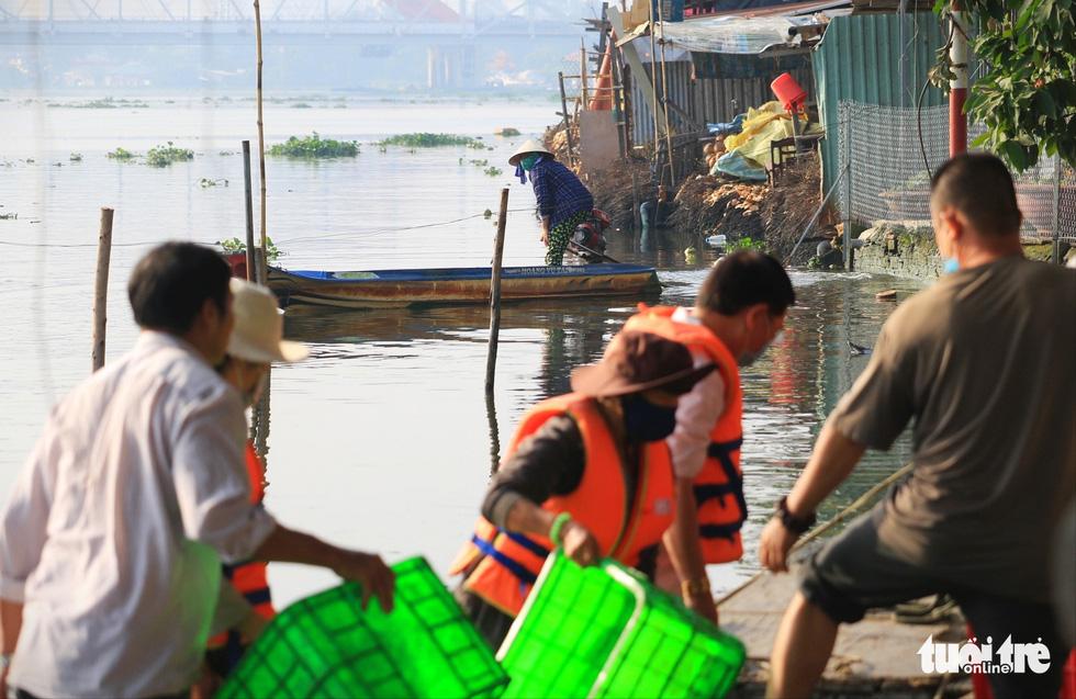 Lo cá phóng sinh 'chầu trời', người dân ra giữa sông Sài Gòn thả - Ảnh 4.
