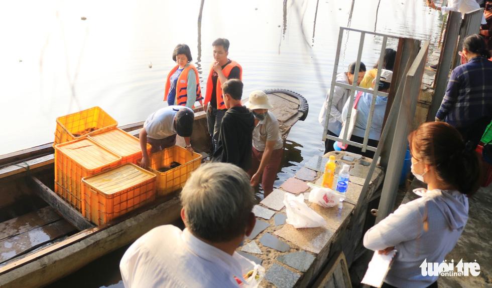 Lo cá phóng sinh 'chầu trời', người dân ra giữa sông Sài Gòn thả - Ảnh 5.
