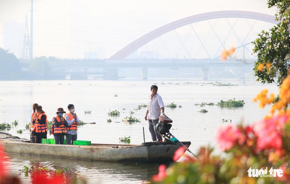 Lo cá phóng sinh 'chầu trời', người dân ra giữa sông Sài Gòn thả - Ảnh 6.