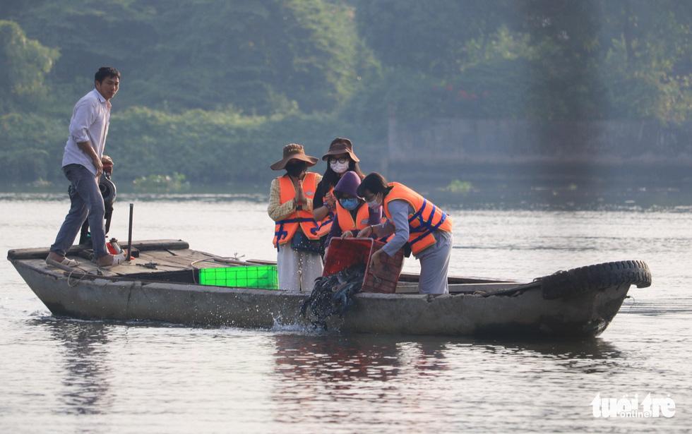Lo cá phóng sinh 'chầu trời', người dân ra giữa sông Sài Gòn thả - Ảnh 2.