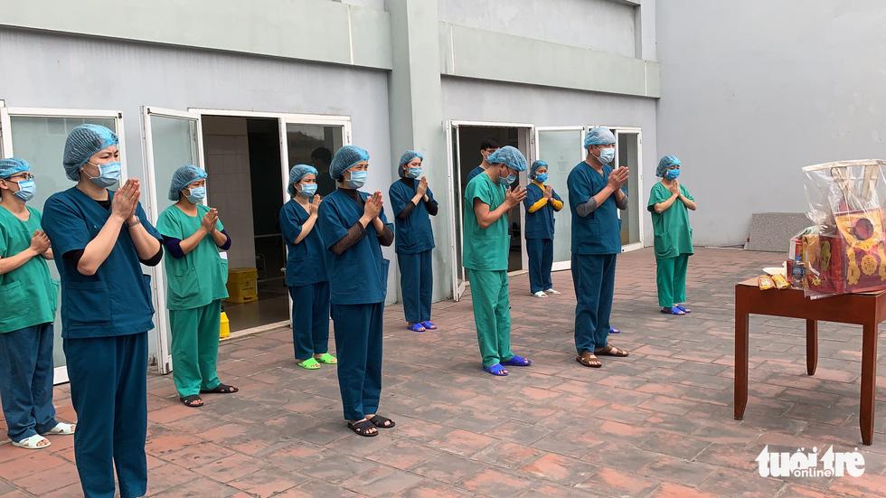 Lễ tiễn ông Công, ông Táo đặc biệt tại nơi điều trị bệnh nhân COVID-19 - Ảnh 2.