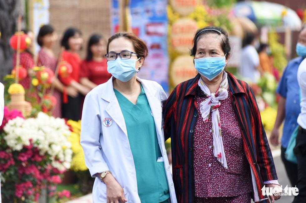 Dạo đường hoa xuân bệnh viện để vơi bớt nỗi buồn bệnh tật - Ảnh 2.