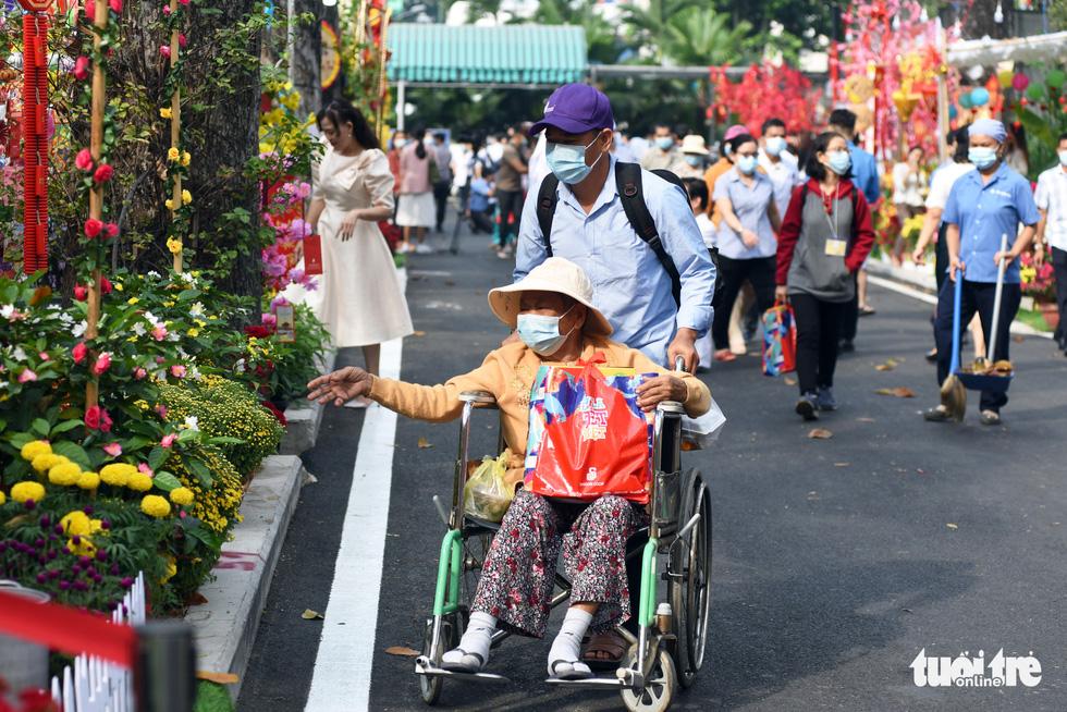 Dạo đường hoa xuân bệnh viện để vơi bớt nỗi buồn bệnh tật - Ảnh 1.