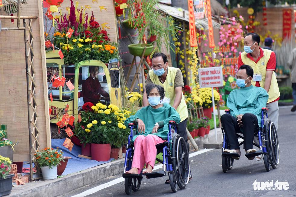 Dạo đường hoa xuân bệnh viện để vơi bớt nỗi buồn bệnh tật - Ảnh 7.
