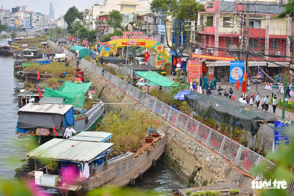 Dân Sài Gòn đến bến Bình Đông tham quan chợ hoa xuân Trên bến dưới thuyền - Ảnh 3.