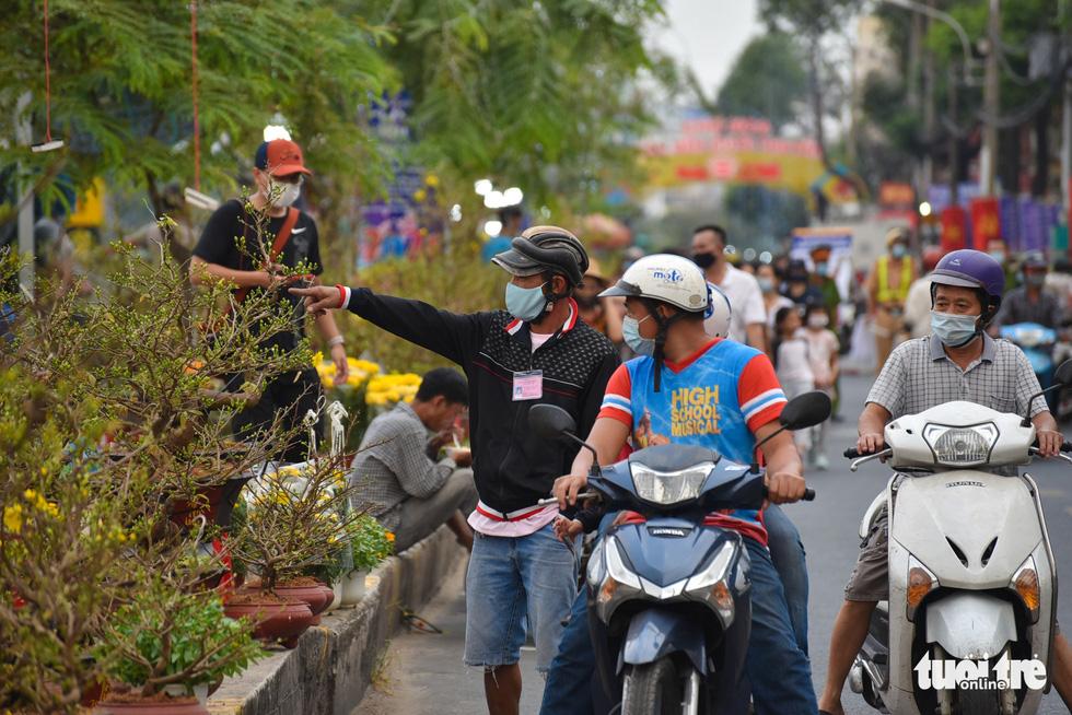 Dân Sài Gòn đến bến Bình Đông tham quan chợ hoa xuân Trên bến dưới thuyền - Ảnh 4.