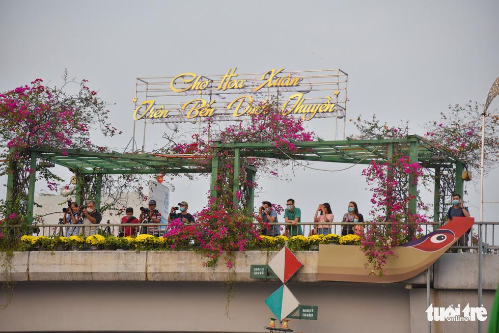 Dân Sài Gòn đến bến Bình Đông tham quan chợ hoa xuân Trên bến dưới thuyền - Ảnh 8.