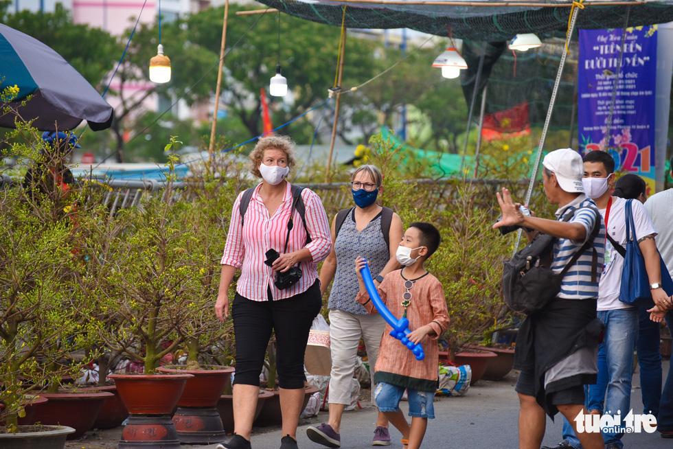 Dân Sài Gòn đến bến Bình Đông tham quan chợ hoa xuân Trên bến dưới thuyền - Ảnh 5.