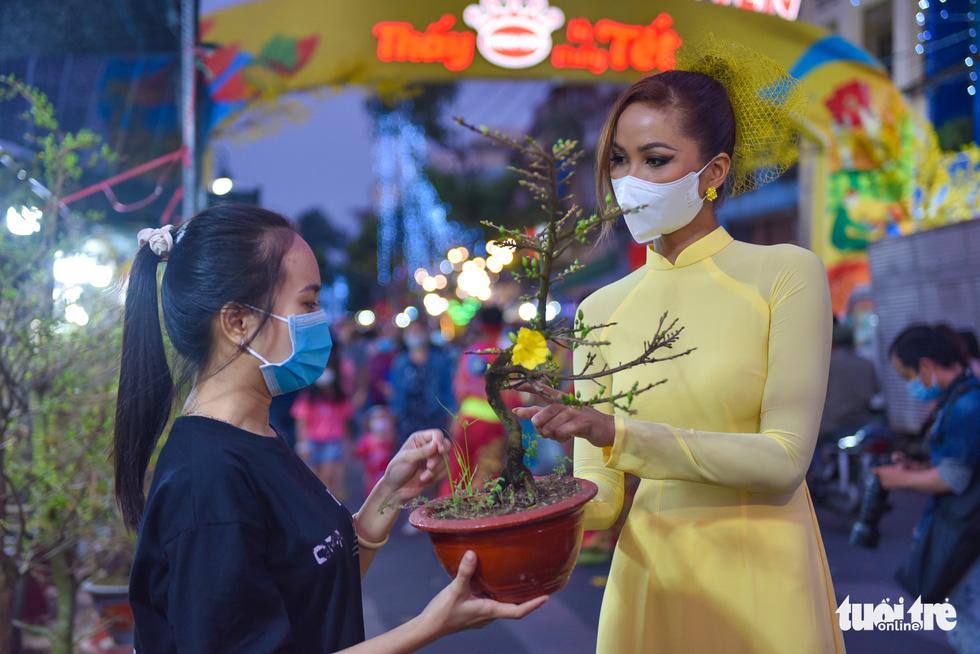 Dân Sài Gòn đến bến Bình Đông tham quan chợ hoa xuân Trên bến dưới thuyền - Ảnh 6.