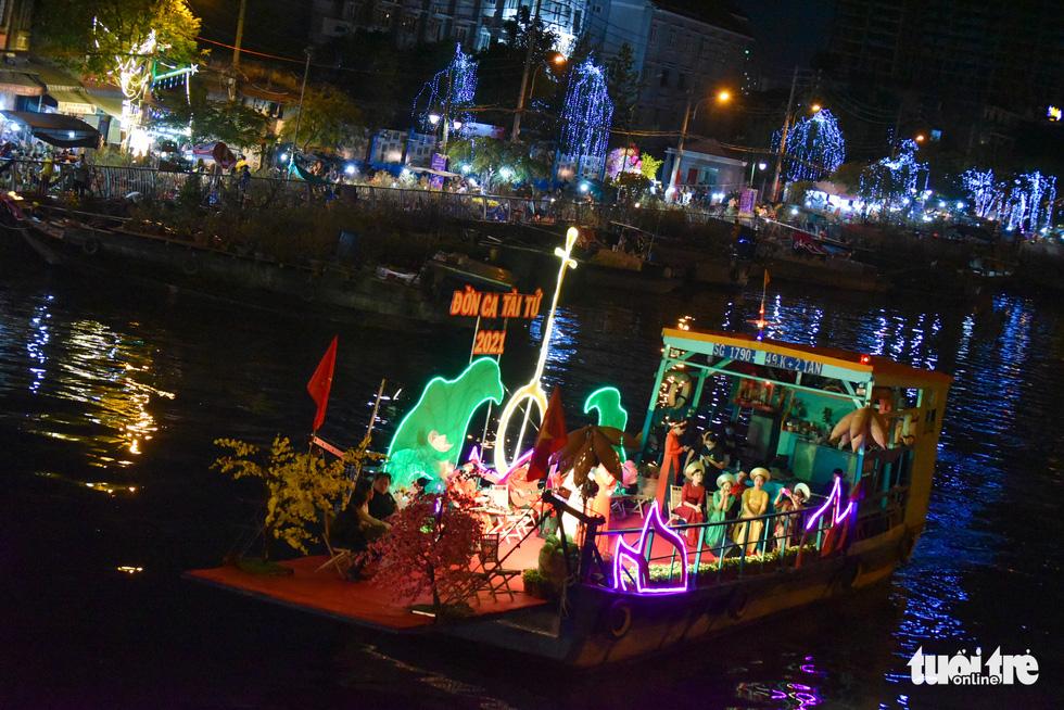 Dân Sài Gòn đến bến Bình Đông tham quan chợ hoa xuân Trên bến dưới thuyền - Ảnh 7.