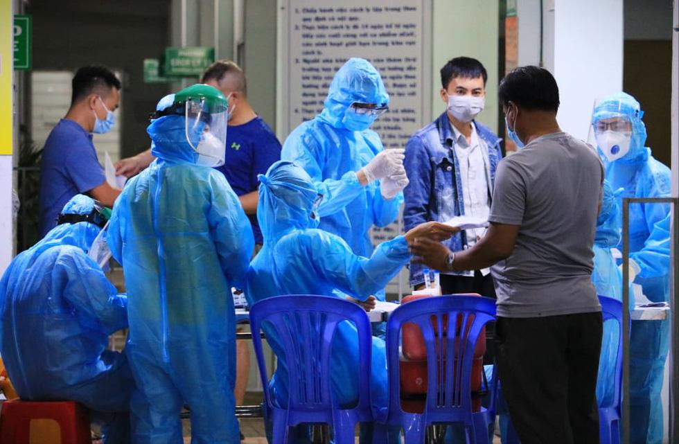 Đêm xét nghiệm COVID-19 thần tốc nhân viên sân bay Tân Sơn Nhất - Ảnh 7.
