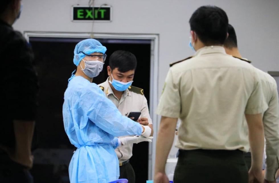 Đêm xét nghiệm COVID-19 thần tốc nhân viên sân bay Tân Sơn Nhất - Ảnh 4.