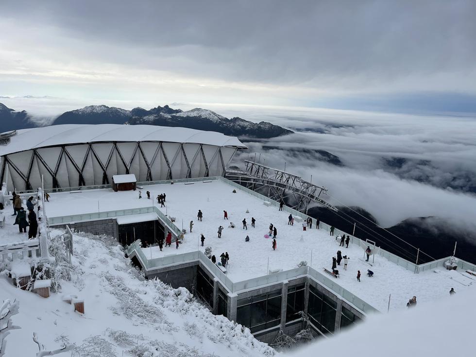 Tuyết rơi dày hơn nửa mét trên đỉnh Fansipan - Ảnh 3.