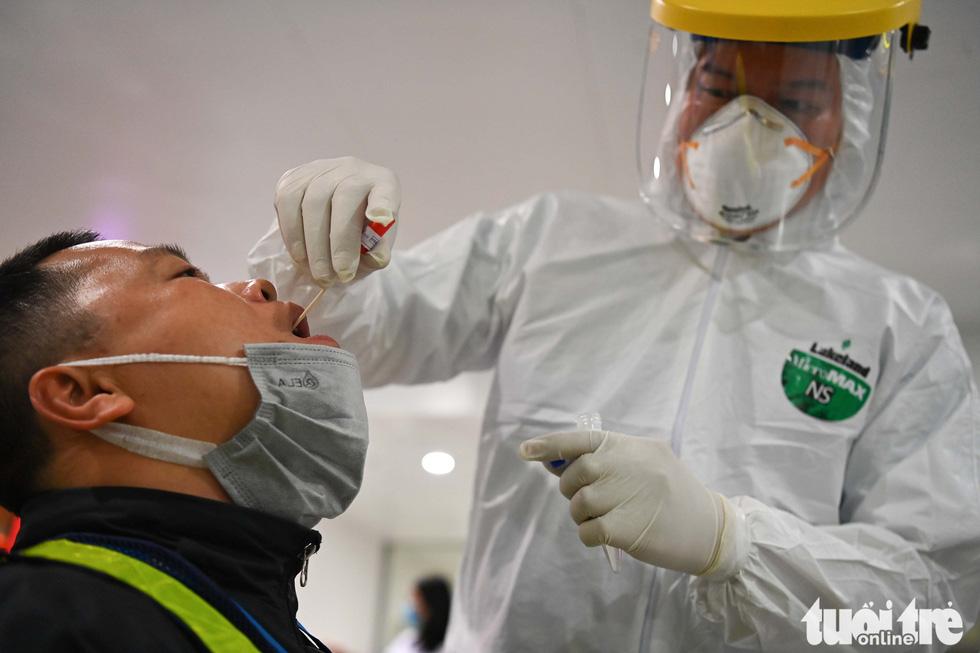 Xuyên đêm xét nghiệm COVID-19 cho 10.000 cán bộ, nhân viên sân bay Nội Bài - Ảnh 1.