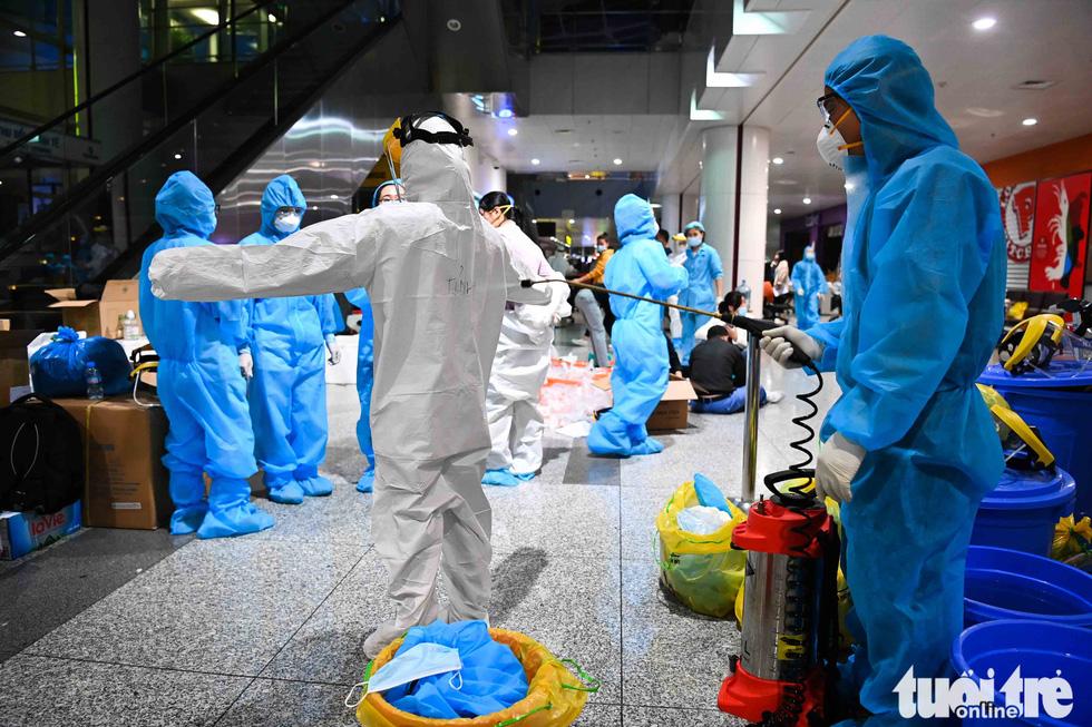 Xuyên đêm xét nghiệm COVID-19 cho 10.000 cán bộ, nhân viên sân bay Nội Bài - Ảnh 7.