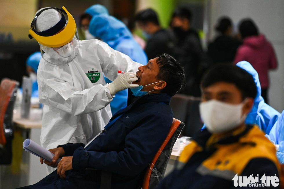 Xuyên đêm xét nghiệm COVID-19 cho 10.000 cán bộ, nhân viên sân bay Nội Bài - Ảnh 2.
