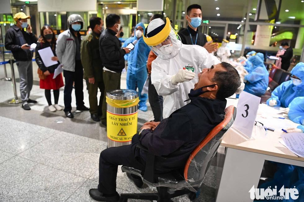 Xuyên đêm xét nghiệm COVID-19 cho 10.000 cán bộ, nhân viên sân bay Nội Bài - Ảnh 4.