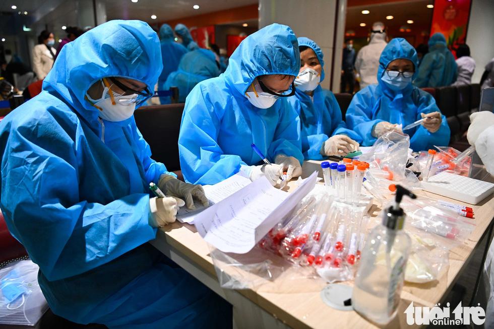 Xuyên đêm xét nghiệm COVID-19 cho 10.000 cán bộ, nhân viên sân bay Nội Bài - Ảnh 6.