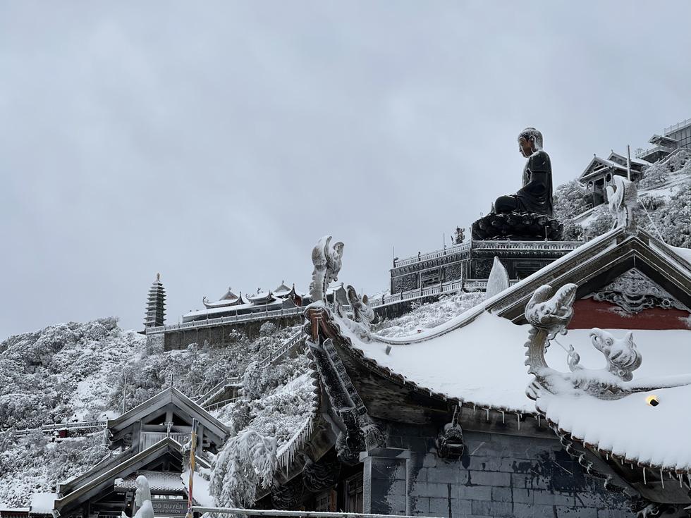 Tuyết rơi dày hơn nửa mét trên đỉnh Fansipan - Ảnh 4.