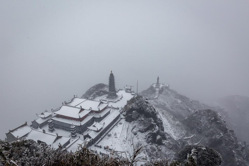 Tuyết rơi dày hơn nửa mét trên đỉnh Fansipan - Ảnh 8.