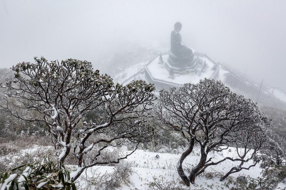 Tuyết rơi dày hơn nửa mét trên đỉnh Fansipan - Ảnh 9.