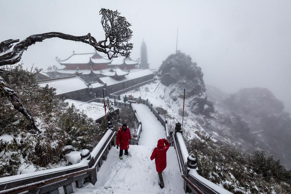 Tuyết rơi dày hơn nửa mét trên đỉnh Fansipan - Ảnh 10.