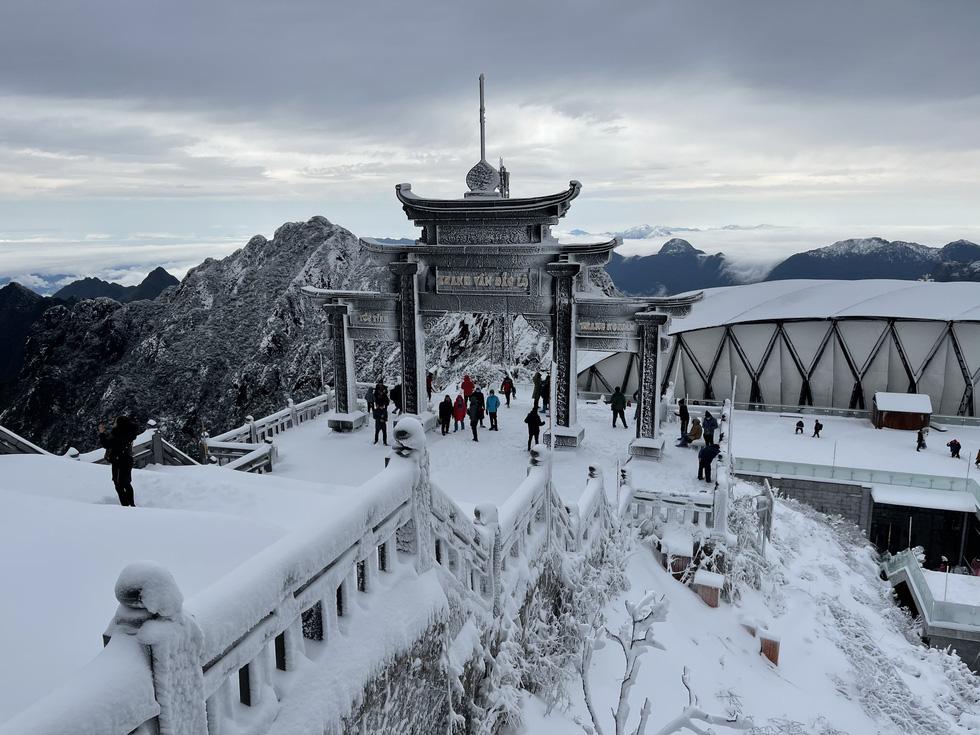Tuyết rơi dày hơn nửa mét trên đỉnh Fansipan - Ảnh 11.