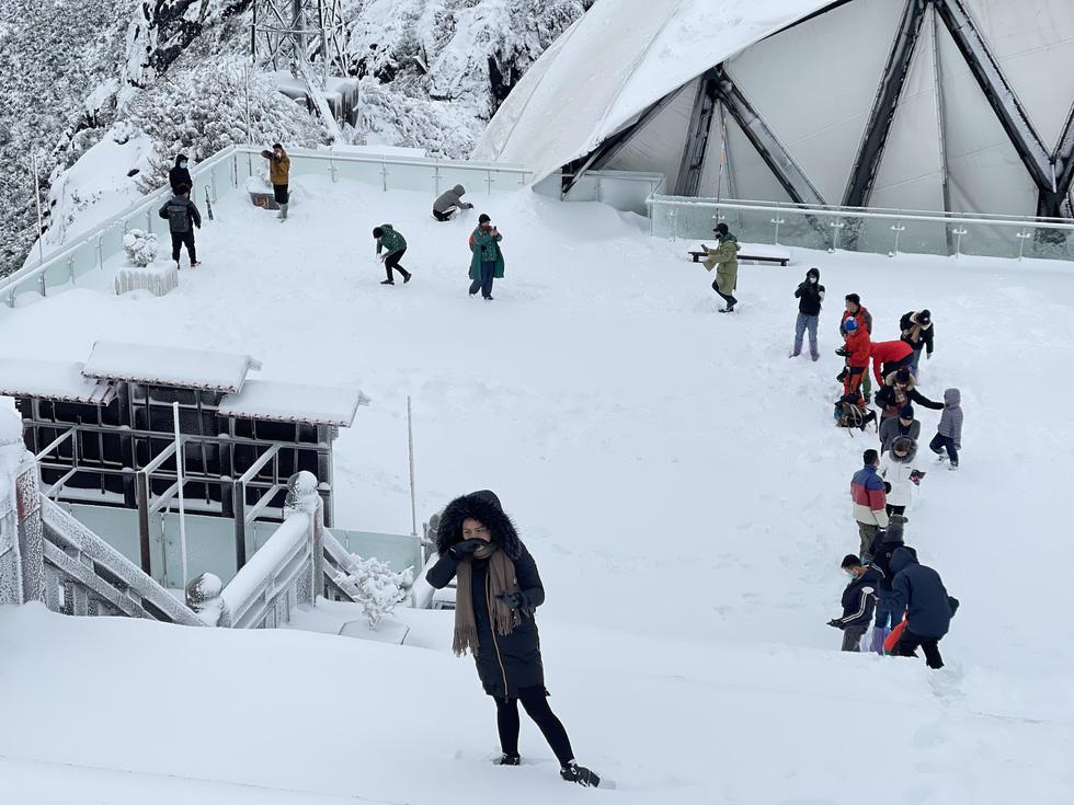 Tuyết rơi dày hơn nửa mét trên đỉnh Fansipan - Ảnh 6.