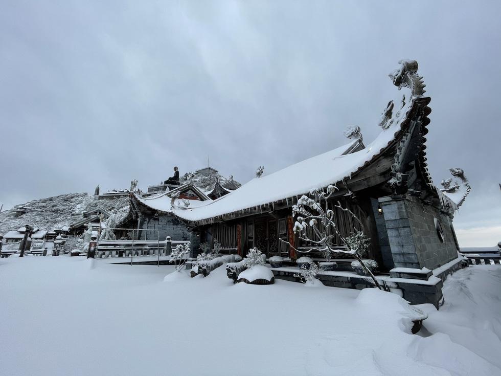 Tuyết rơi dày hơn nửa mét trên đỉnh Fansipan - Ảnh 1.