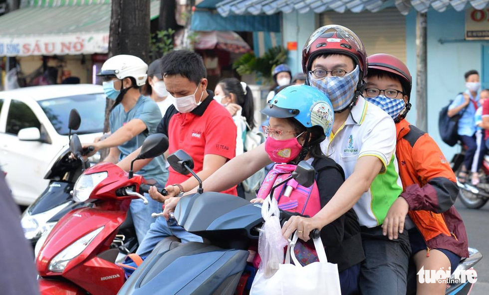 Học sinh TP.HCM trở lại trường sau kỳ nghỉ tết dài chống dịch - Ảnh 1.