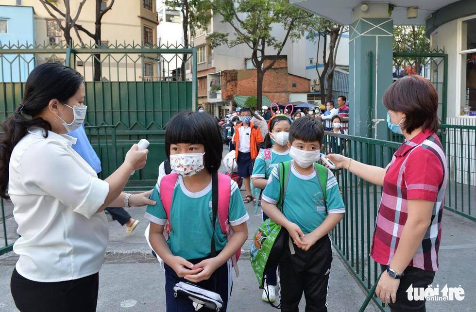 Học sinh TP.HCM trở lại trường sau kỳ nghỉ tết dài chống dịch - Ảnh 6.