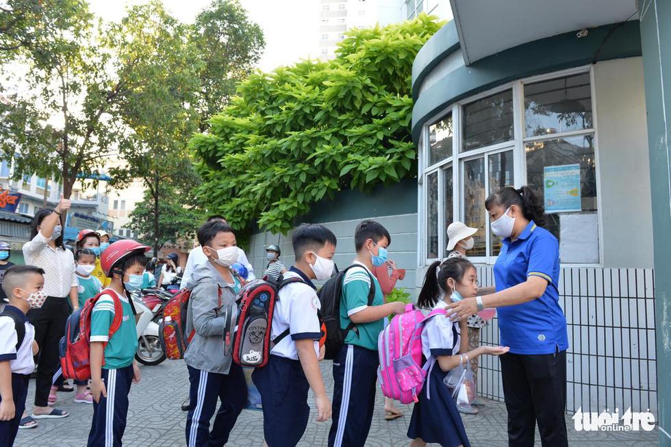 Học sinh TP.HCM trở lại trường sau kỳ nghỉ tết dài chống dịch - Ảnh 4.