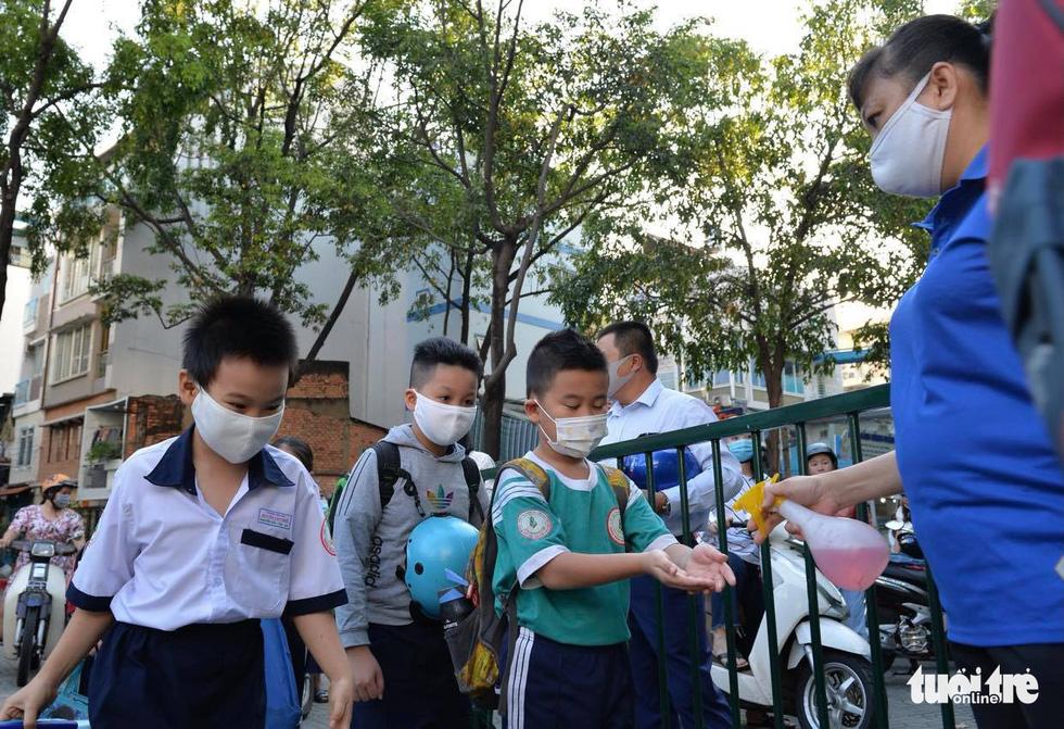 Học sinh TP.HCM trở lại trường sau kỳ nghỉ tết dài chống dịch - Ảnh 5.
