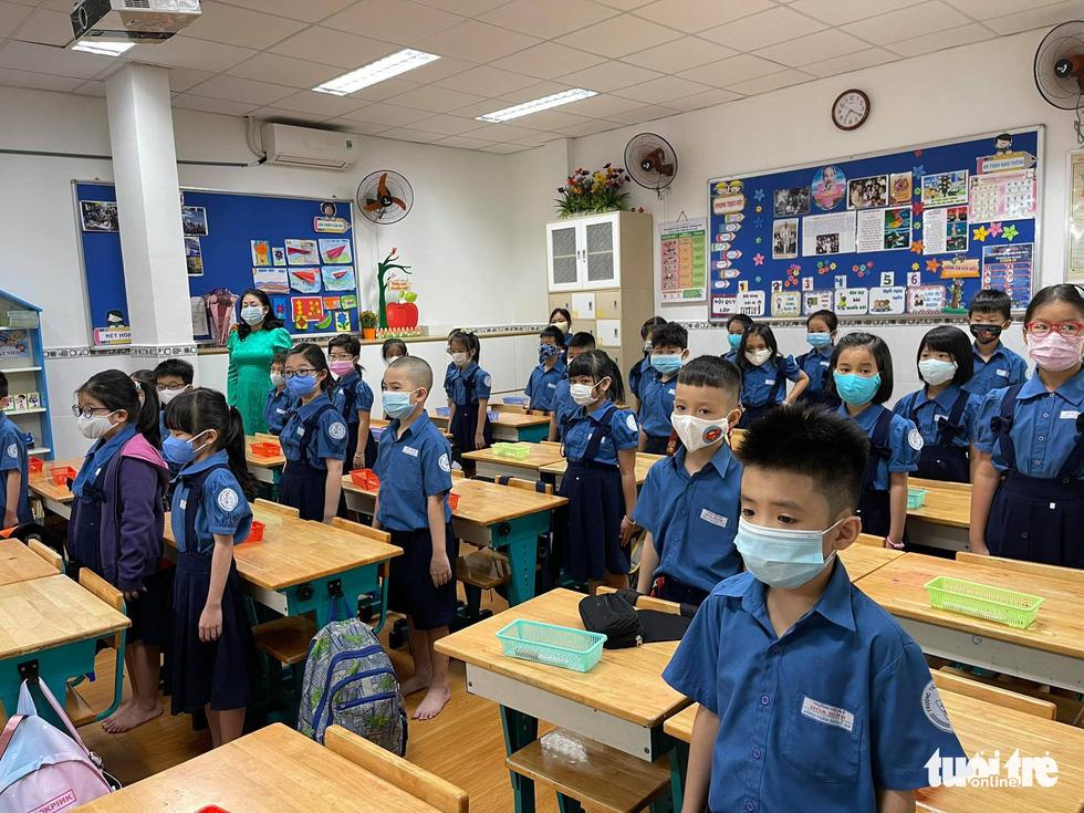 Học sinh TP.HCM trở lại trường sau kỳ nghỉ tết dài chống dịch - Ảnh 3.